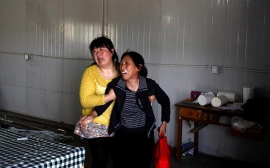 核心提示:河北平山县两河乡两河村的两所幼儿园因生源问题产生矛盾,一家幼儿园园长用注射器将毒鼠强注射到酸奶中,派人将其和拼音本等物装在一起,于4月24日早晨放到了死亡女童所在幼儿园的上学路上,导致两女童误食死亡。目前两名嫌疑人已经归案。  5月1日,河北平山县,救治一周后,5岁的小花也不幸离世,家人悲痛欲绝  5月1日,河北平山县,谈起事发过程,尚不知孩子死亡的奶奶,痛苦不已。  5月1日,河北平山县,家人将孩子的尸体抬进太平间。  5月1日,河北平山县,孩子的母亲悲痛欲绝。  5月1日,河北平山县,村里公