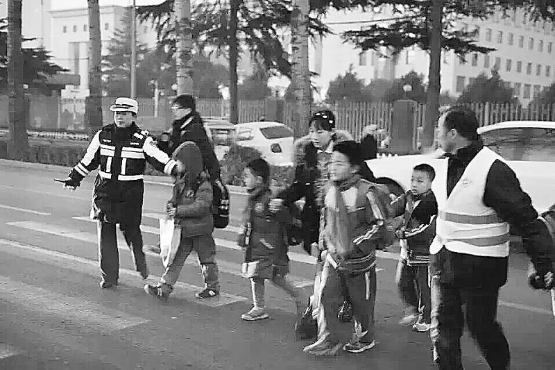 【加强对学校附近交通情况的治理】